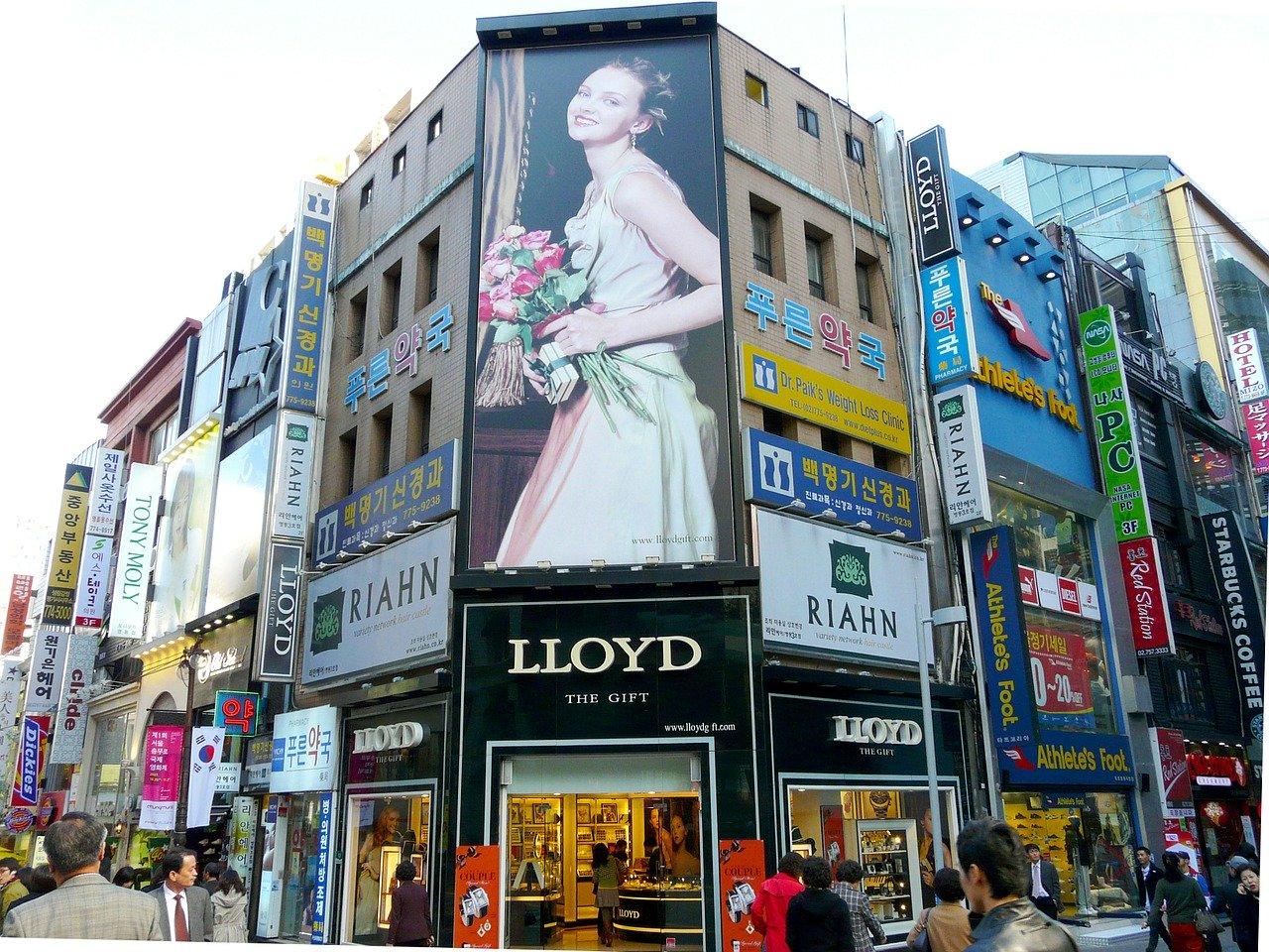 Stojaki reklamowe - sposób na przyciągającą reklamę